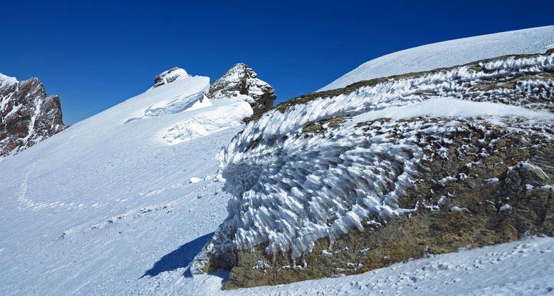 Wind und Neuschnee prägten diesen Felsen unterhalb vom Roccia Nera. Links die Breithornzwillinge und der Grat, welcher zum Mittel-und Hauptgipfel führt