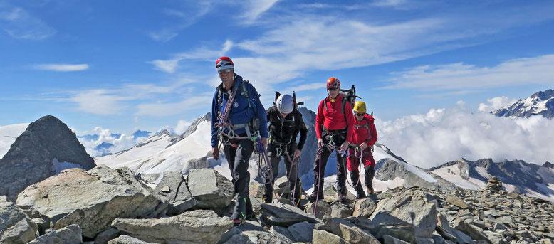 Den ersten Gipfel im Sack. Nach ein paar hübschen Kletterstellen erreichen wir den Top vom Chapütschin.