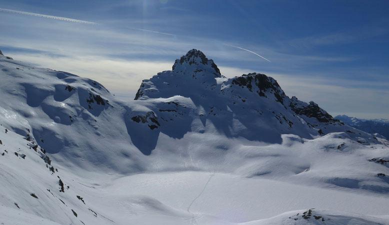 Markant überragt das Grampielhorn den gleichnamigen Pass, welchen wir am letzten Tag überschreiten. Ohne Spiegelung, aber Topf-eben, glitzert der schneebedeckte Geisspfadsee im Gegenlicht