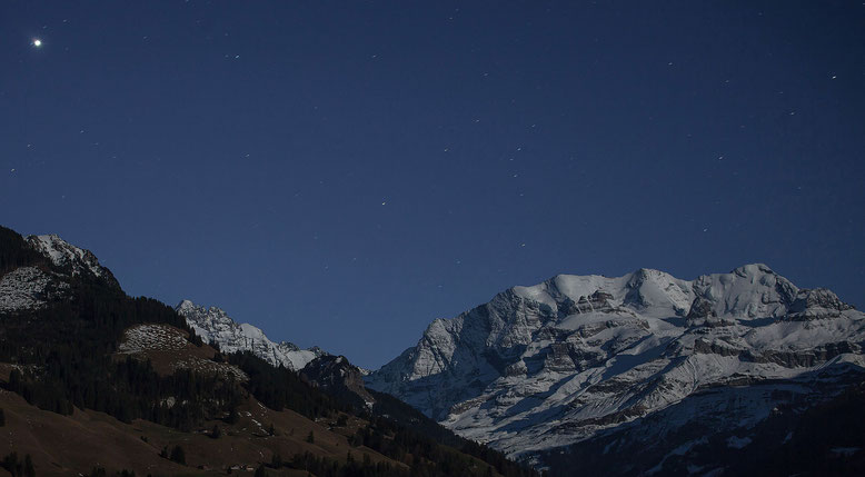 Blüemlisalp ire Vollmondnacht, links oben der Jupiter, darunter das Gspaltenhorn