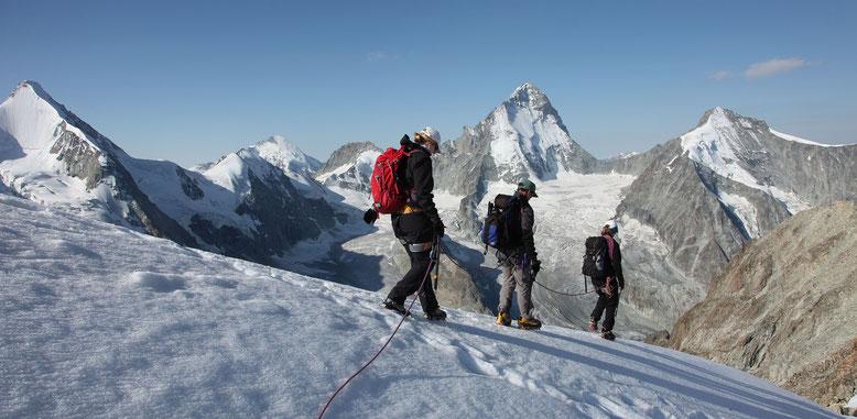 Abstieg zum Gipfel des Blanc de Moming, links Obergabelhorn, Mont Durand, Dent d`Hérens, Point de Zinal, Dent Blanche und  Grand Cornier