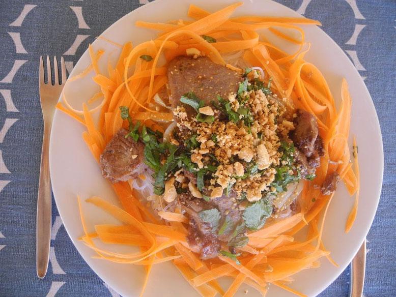 Bild eines Tellers mit einem Glasnudelsalat mit Thunfisch und Ingwer
