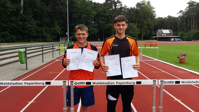 Leon Martens und Marcel Müller nach der Siegerehrung des Fünfkampfes in Papenburg