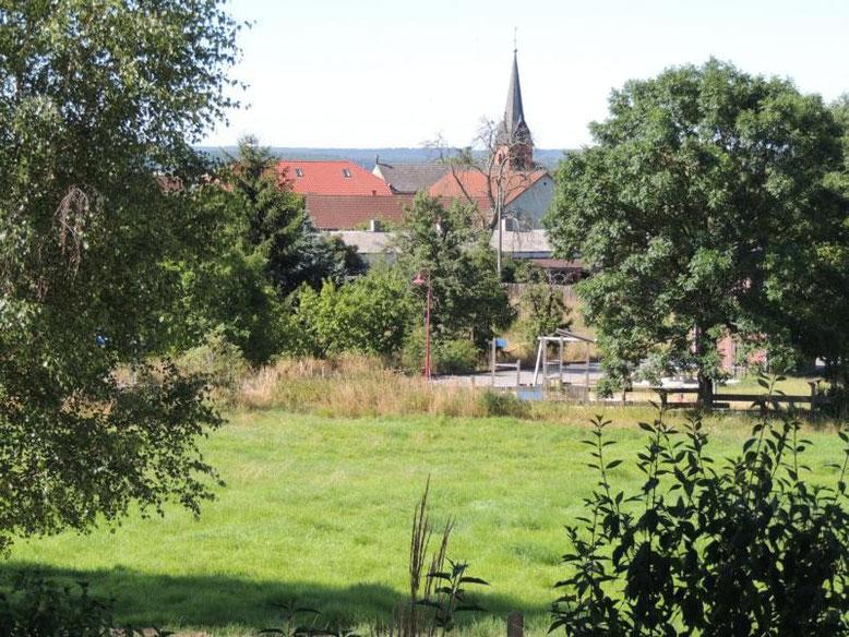 Der Blick zur Kirche und zum Spielplatz