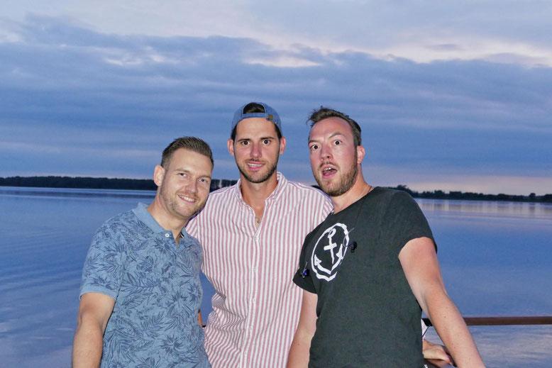Die drei Hanseaten Robert,  René und Christian lieben das was sie tun, deutschen Rock-Pop mit Herz und Hirn.  Sie singen genau das, was sie fühlen.