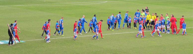 Die jungen Kicker der SG Klinze Ribbensdorf beim Auflauf der Mannschaften des 1.FC Magdeburg und Hansa Rostock