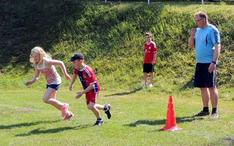 Ehrgeizig sprinteten die Kids über den Rasen.