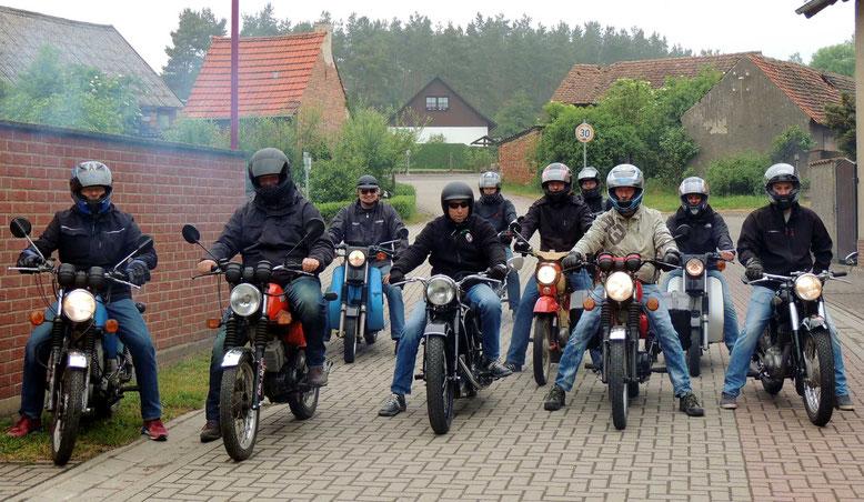 Zehn junge und jung Gebliebene starteten zur 1.-Ost-Moped-Ausfahrt-Klinze-2016