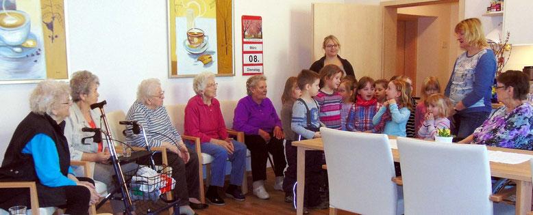 """Die jungen """"Knirpse"""" vom Flechtinger Kinderstübchen überraschten die Senioren mit ihrem einstudiertem Programm."""