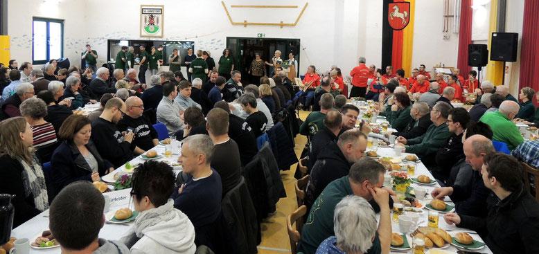 Proppevoll gefüllt war der Saal zur Preisverleihung des 35. Schweinepreisschießens des Ahmstorfer Schützenvereins.