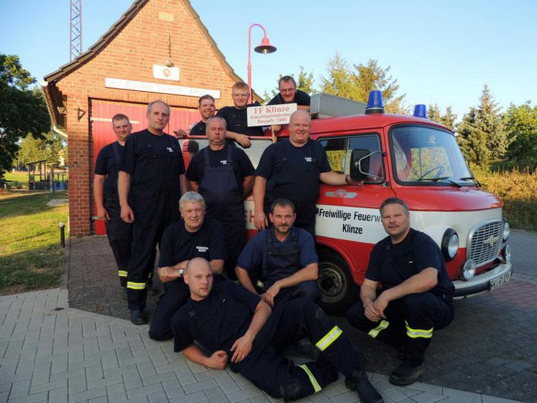 Machs Gut treuer Kamerad, sagten die Feuerwehrmänner der Klinzer Wehr und stellten sich zu einem letzten Foto auf und somit bleibt der alte B1000 in ewiger Erinnerung