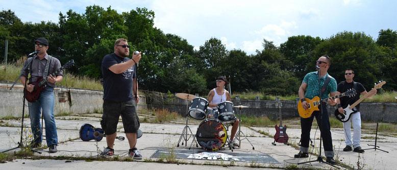 Frontman Sandro, flankiert von den Gitarristen Thomas und Markus, Drummer Patrick und Bass-Man Rainer,   Foto: Vivien Krutzke