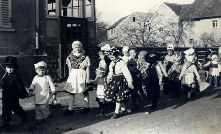Rosenmontags Umzug in Klinze, die Umherziehenden dürften heut im Rentenalter sein.
