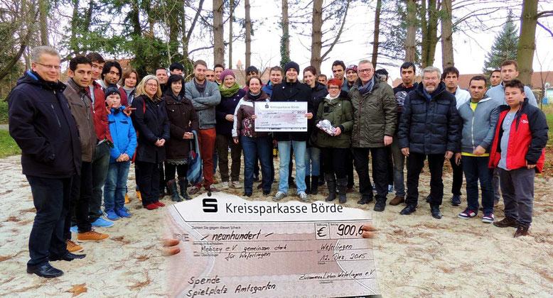 Knapp vierzig Menschen trafen sich, um bei der Übergabe des Erlöses zu Gunsten der Erschaffung eines Spielplatzes im Weferlinger Amtsgarten dabei zu sein.
