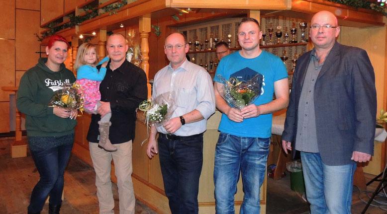 Die Sponsoren Sandra Bernsdorf, Mathias Weber, Dietmar Steffens, Adrian Dörge und der Vereinsvorsitzende Henry Helmuth. (v.l.n.r.)