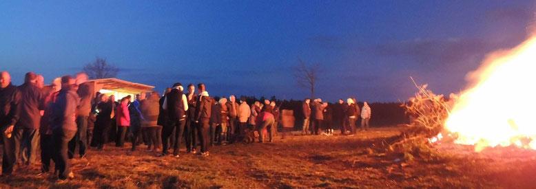 """Zahlreiche """"Pilger"""" trafen sich am Ostersonntag auf dem Osterberg zum traditionellen abbrennen des Osterfeuers."""