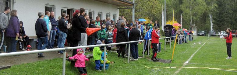 Roland Schmidt, Jugendwart der SG Klinze Ribbensdorf, begrüßte die Spieler und Gäste und erklärte noch einiges zu Ablauf des Turniers.