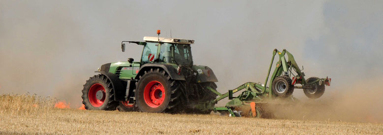 Mit schwerer Technik zogen Landwirte eine Brandschneise um das sich ausbreitende Feuer und verhinderten somit schlimmeres.