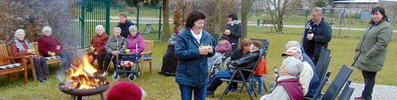 Auf dem Gelände des Flechtinger Seniorenzentrums trafen sich die Bewohner, deren Angehörige und das Team vom Flechtinger Pflegedienst, um ein paar schöne Stunden am Osterfeuer zu verbringen.