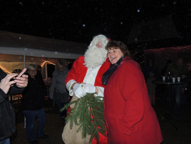 """Auch für die """" Großen """" hatte der Weihnachtsmann etwas in seinem Sack, vorausgesetzt man trug ein Gedicht oder Lied vor."""