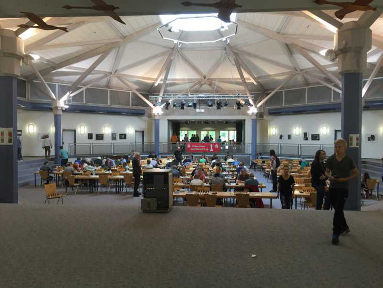 Turniersaal in der Aula der Anne-Frank-Gesamtschule in Gütersloh