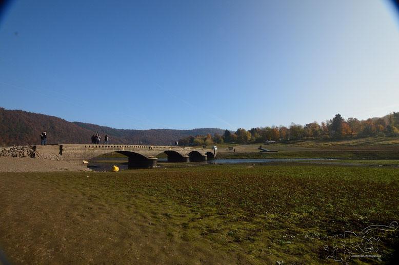 Diese Brücke ist nur bei einem sehr niedrigen Wasserstand zu sehen und begehbar.