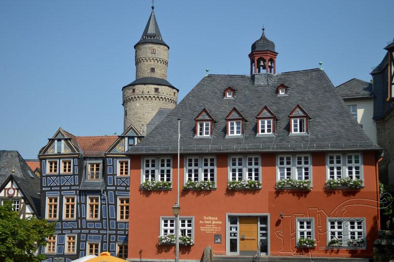 Das Rathaus und im Hintergrund der Hexenturm von Idstein