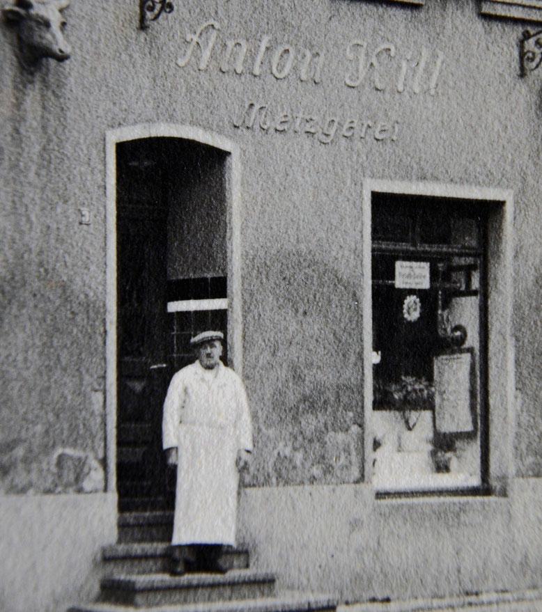 Metzgermeister Anton Kill 1920 vor dem neuen Lokal in der Taurengasse