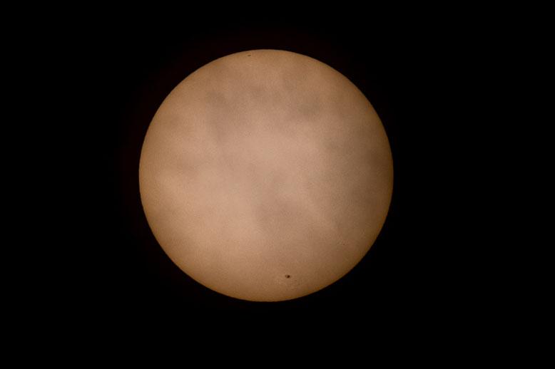 Ihre Oberfläche (Photosphäre) zeigt eine periodisch wechselnde Zahl von Sonnenflecken (wie hier unten rechts).