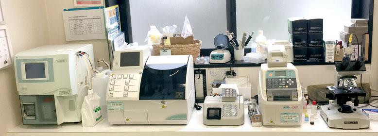 設備写真:自動血球計算器、生化学自動分析装置、血液凝固分析装置、蛍光免疫測定装置、顕微鏡