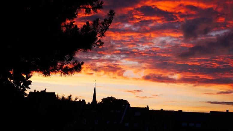 Mritzberg Blick auf Horizont Bergstraße Christuskirche Sonnenuntergang rotglühend