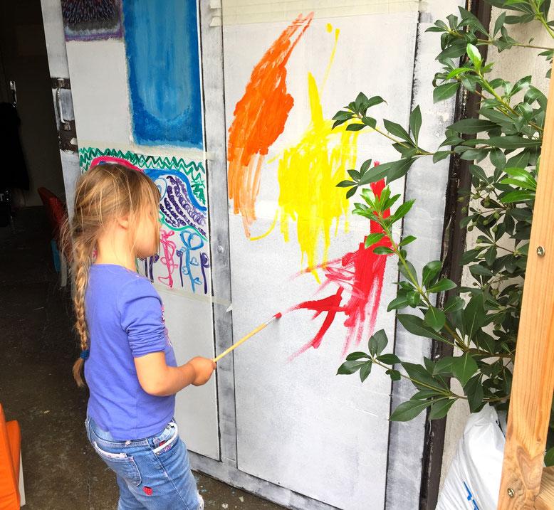 Jade 4 ans peinture sur une porte de garage
