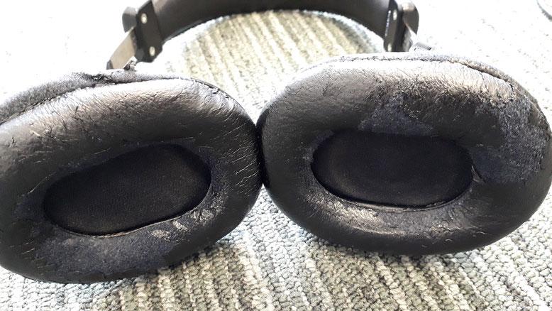 日本国内のレコーディングスタジオで使われているヘッドフォンのデファクトスタンダード、SONY MDR-CD900ST。イヤーパッドがボロボロなので、社外品に交換する事にしました。