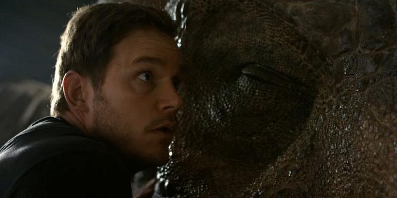 Chris Pratt aka Owen Grady lauscht in Jurassic World 2: Das gefallene Königreich einem T-Rex. Bilderquelle: Universal Pictures