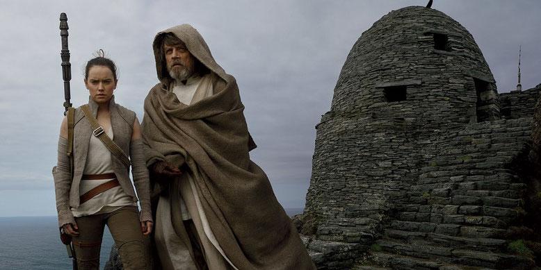 """Rey und Luke Skywalker in Star Wars: Episode 8 vor dem Jedi-Tempel des Inselplaneten """"Ahch-To"""". Bilderquelle: Lucasfilm"""