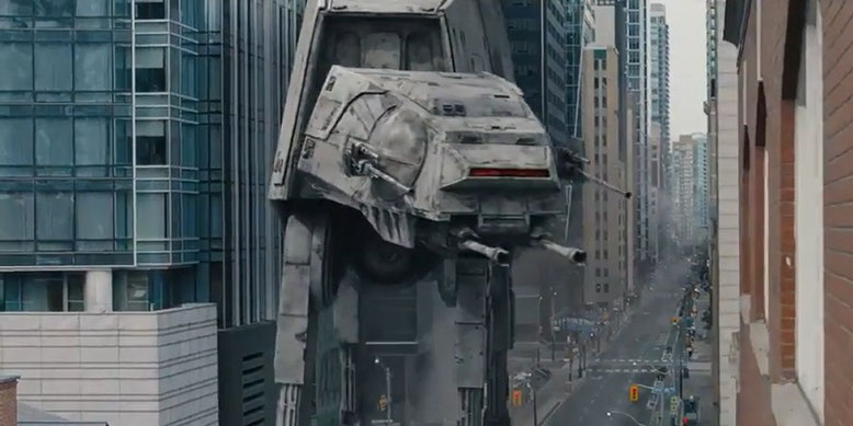 Ein AT-AT-Kampfläufer bahnt sich in dem PlayStation-Live-Action-Trailer zu Star Wars Battlefront 2 den Weg durch eine Häuserschlucht. Bilderquelle: Sony
