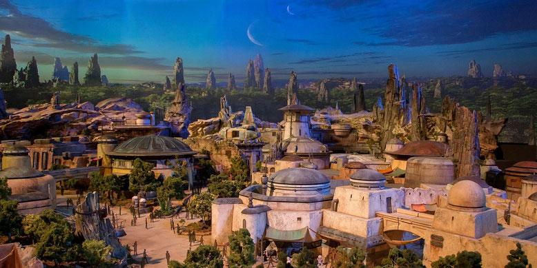 Disney stattet einige seiner Freizeitparks mit der Themenwelt Star Wars Land aus, zu der ein erstes Video und Bilder eines riesigen Modells erschienen sind.  Bilderquelle: Disney/Facebook
