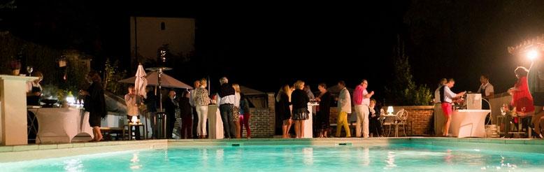 Cocktail am Rand des Schwimmbads des Schloβes Belle Epoque in 40 Linxe