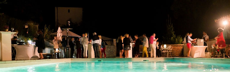Coctel junto a la piscina del Castillo Bella Epoca en Linxe 40.