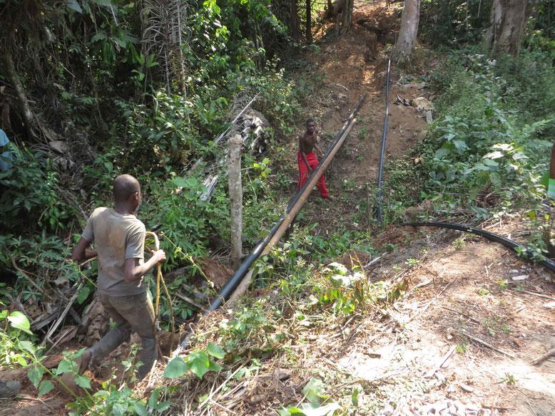 Hier gehen die Leitungen über ein Bächlein und werden an einer alten Stahlleitung  befestigt