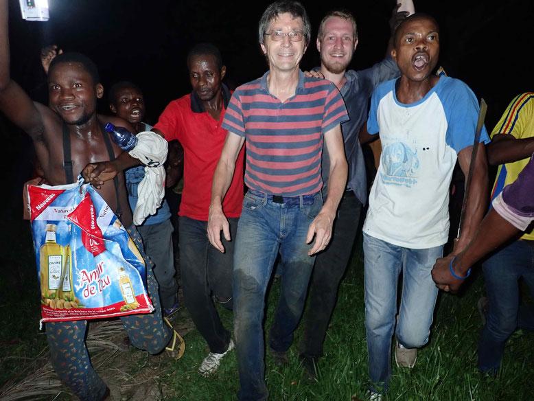 Einmarsch ins Dorf Matamba-Solo