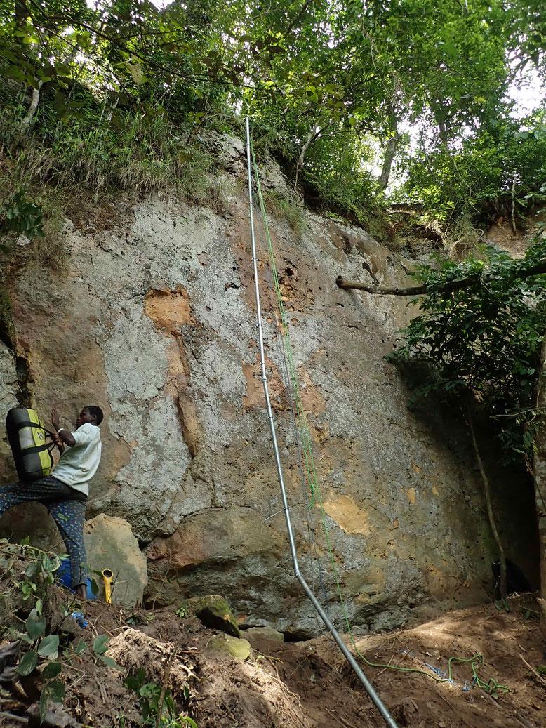 Fertig verlegte Röhren an der Felswand