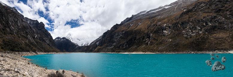 Peru - Cordillera Blanca / Laguna Parón mit dem wolkenverhangenen Artesonraju im Hintergrund (Logo-Berg von Paramount Pictures)