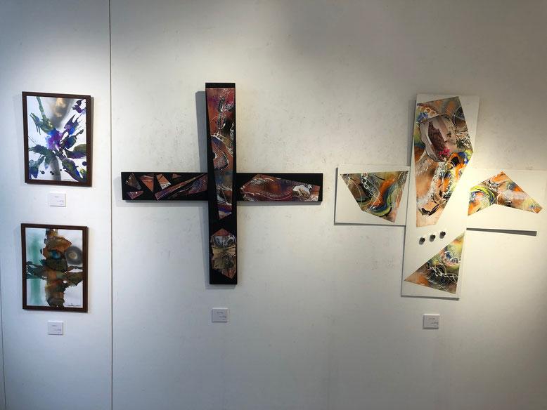 左から、上下「CROSS 1」「CROSS2」(水彩、八切りサイズ)。「黒い十字架」「白い十字架」(共にミクストメディア、90×90cm)