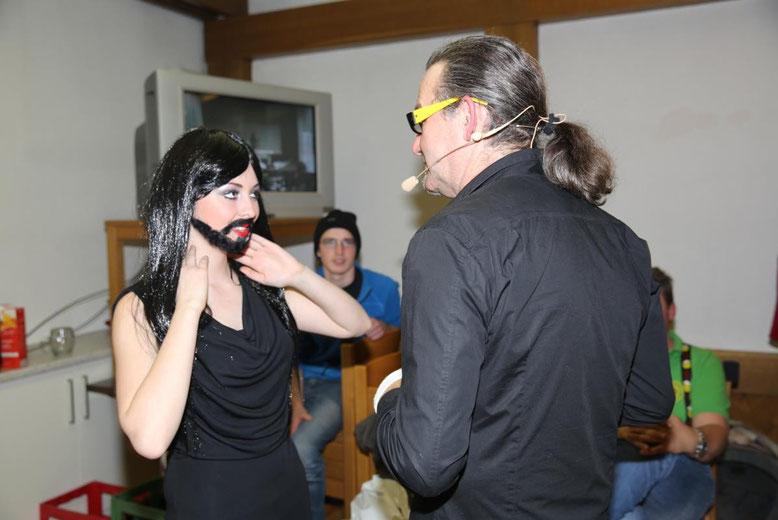 """kurze Lagebesprechung zwischen """"Conchita Wurst"""" und Walter Widemair im Umkleideraum"""