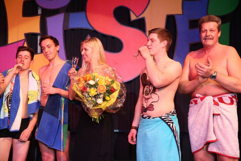 """Choreographin Alexandra Mandler bekam von ihren """"Zöglingen"""", den """"Firedancers"""" der Feuerwehr als Dank einen Blumenstrauß überreicht"""
