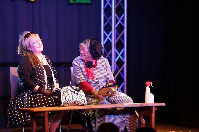 """schauspielerische Fähigkeiten entwickeln Helga Lusar u. Traudl Stopper bei ihrer Pantomime """"Spieglein, Spieglein..."""