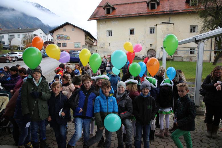 die Schüler kamen alle mit bunten Luftballons