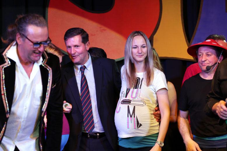 Bezirkshauptmann Dr. Klaus Brandner wurde auf seinen Geburtstag auch auf die Bühne gebeten