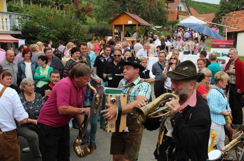 Kanzler Hans Gramer mit einem Saxophonsonderbau in seinem Element